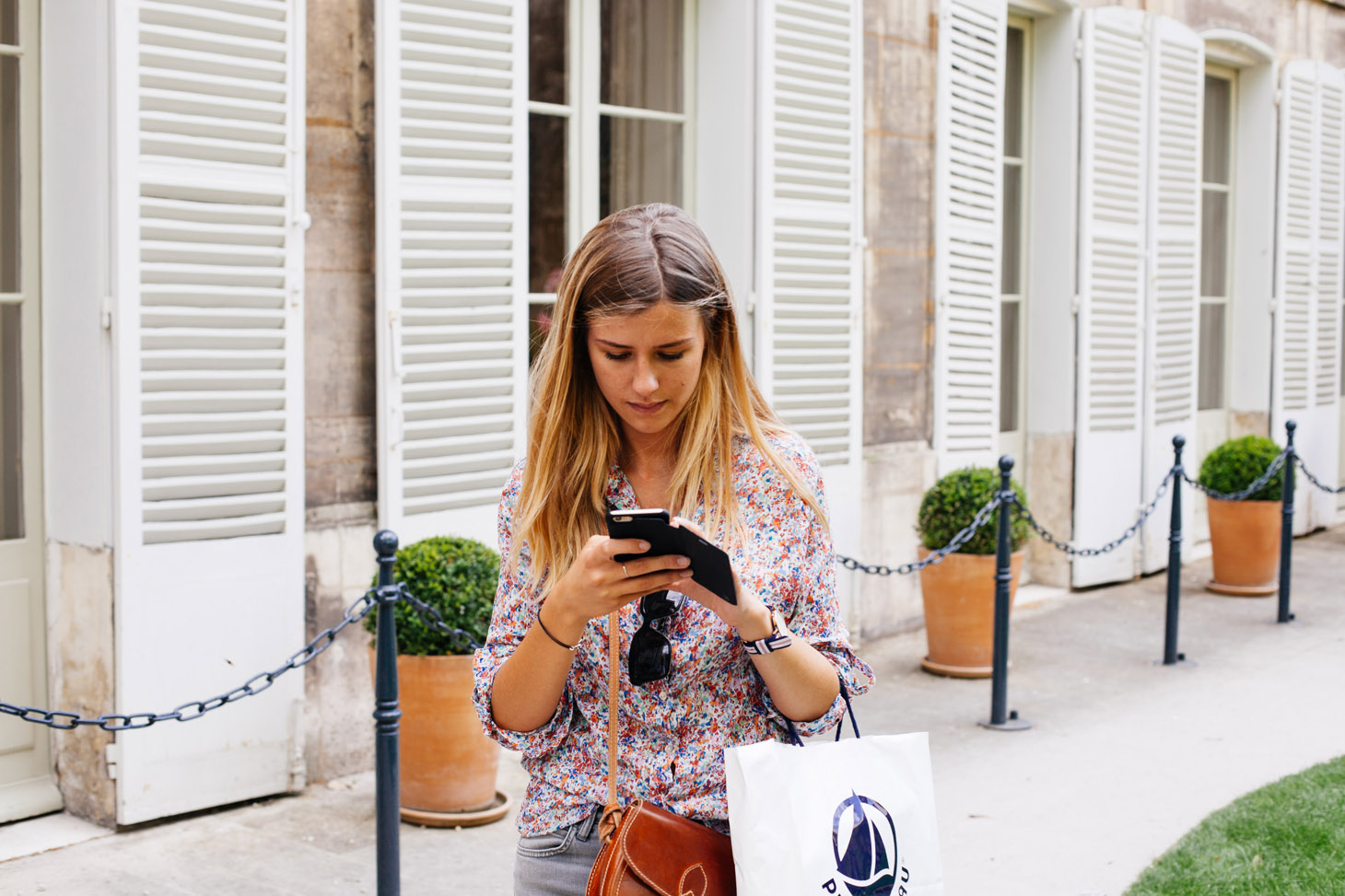 shopping-girl-texting
